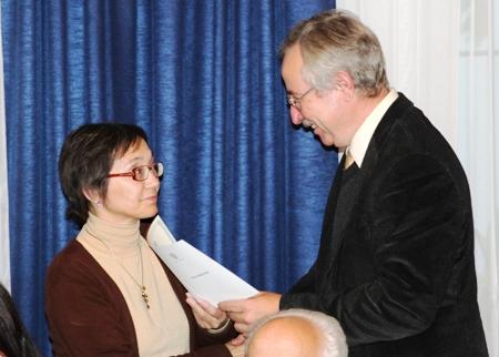 Удостоверение о прохождении тренинг-семинара вручается заместителю директора Национальной библиотеки Республики Саха (Якутия) О. И. Афанасьевой